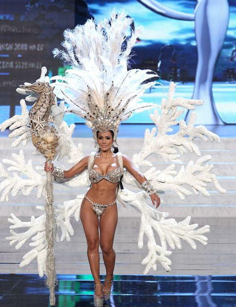 Human leg, Samba, Feather, Natural material, Carnival, Thigh, Animal product, Dance, Abdomen, Performance art,