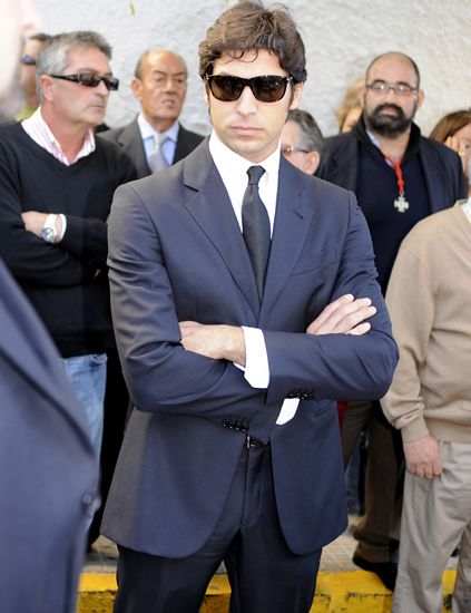 Eyewear, Vision care, Glasses, Coat, Dress shirt, Collar, Trousers, Suit trousers, Shirt, Suit,