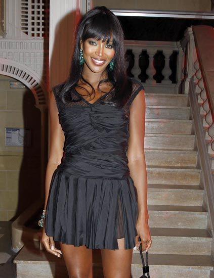 Stairs, Hairstyle, Shoulder, Human leg, Joint, Dress, Waist, Black hair, Thigh, Beauty,