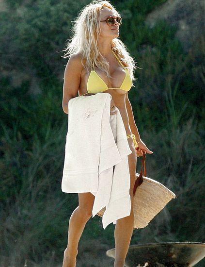 Shoulder, Human leg, Joint, Sunglasses, Summer, Dress, People in nature, Bag, Fashion model, Goggles,