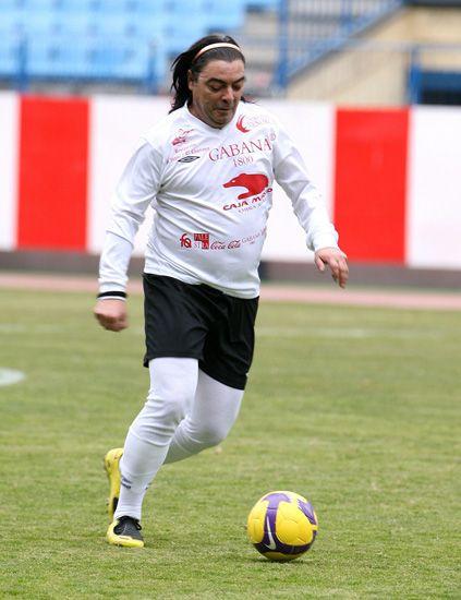 Ball, Football, Sports equipment, Soccer ball, Grass, Sports uniform, Jersey, Shoe, Sportswear, Human leg,
