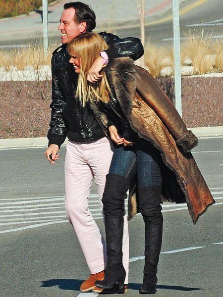 Clothing, Trousers, Jacket, Coat, Textile, Bag, Outerwear, Denim, Style, Street fashion,