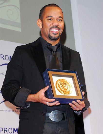 Collar, Coat, Suit, Formal wear, Dress shirt, Blazer, Award, White-collar worker, Award ceremony, Watch,