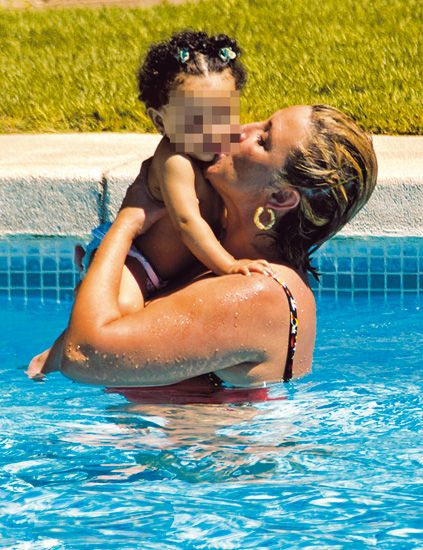 Ear, Fun, Swimming pool, Fluid, Water, Leisure, Happy, Summer, People in nature, Interaction,