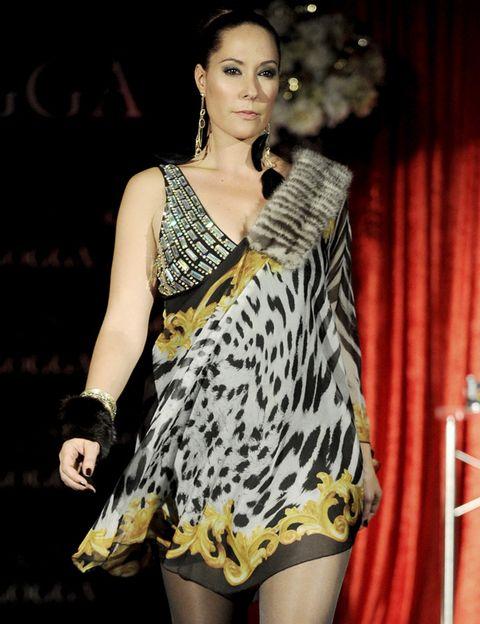 Fashion model, Curtain, Jewellery, Beauty, Fashion, Street fashion, Thigh, Model, Fashion show, Earrings,