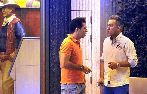 Human body, Standing, Collar, Denim, Majorelle blue, Polo shirt, Conversation, Belt, Job, Pocket,