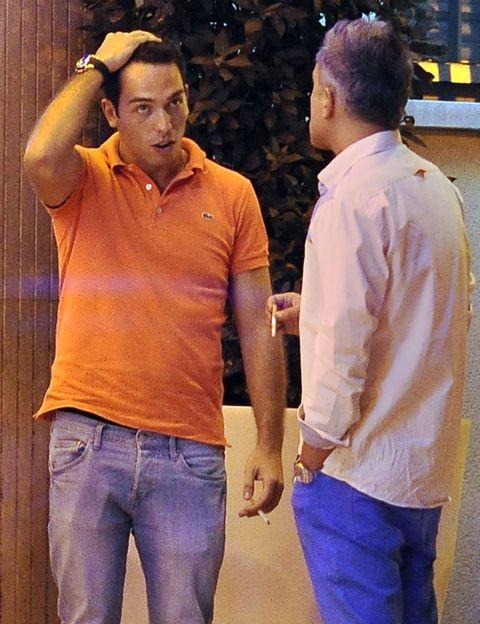 Sleeve, Trousers, Denim, Jeans, Dress shirt, Shirt, Standing, T-shirt, Collar, Pocket,