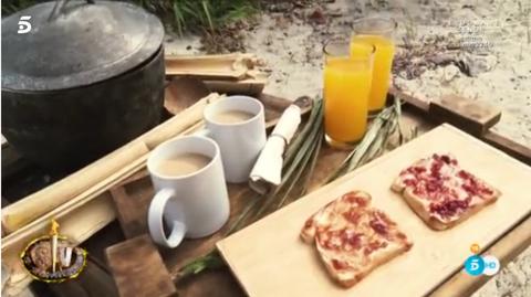 Coffee cup, Serveware, Dishware, Cup, Drinkware, Cuisine, Table, Porcelain, Teacup, Tableware,