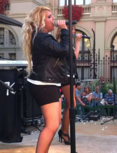 Leg, Microphone, Audio equipment, Music, Entertainment, Performing arts, Musician, Pop music, Music artist, Performance,