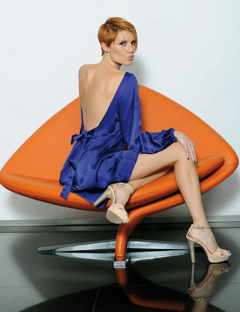 Hairstyle, Human leg, Shoulder, Orange, Comfort, Joint, Sitting, Amber, Knee, Fashion,