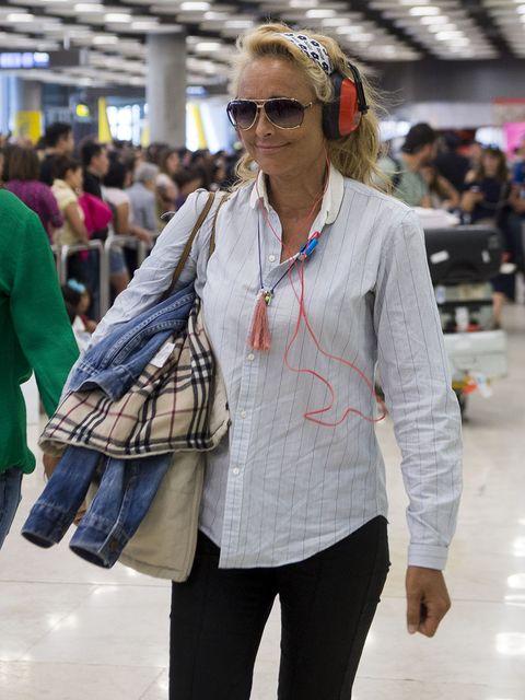Clothing, Eyewear, Street fashion, Fashion, Hairstyle, Jeans, Sunglasses, Footwear, Outerwear, Tartan,