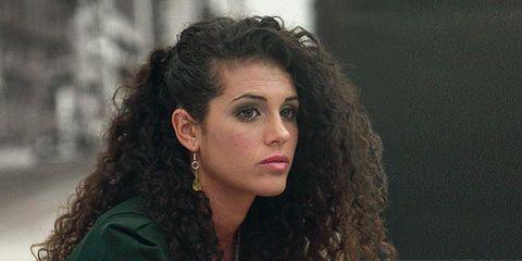 Hair, Hairstyle, Human leg, Sitting, Style, Thigh, Black hair, Jewellery, Knee, Beauty,