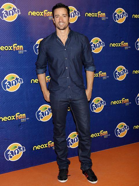 Sleeve, Shoe, Textile, Dress shirt, Collar, Denim, Electric blue, Logo, Cobalt blue, Majorelle blue,
