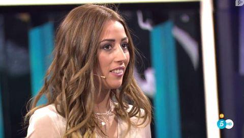 Hair, Blond, Hairstyle, Beauty, Long hair, Brown hair, Television presenter, Layered hair, Model, Smile,