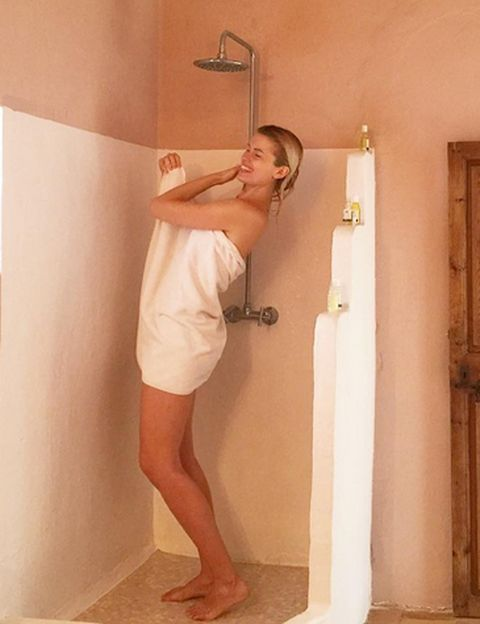 Shoulder, Human leg, Elbow, Floor, Joint, Wall, Flooring, Toe, Foot, Knee,