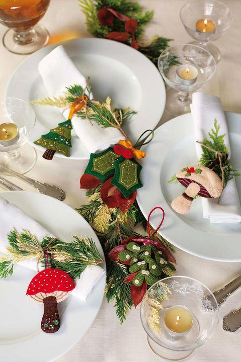 Serveware, Dishware, Christmas decoration, Drink, Tableware, Christmas ornament, Drinkware, Alcoholic beverage, Holiday, Holiday ornament,