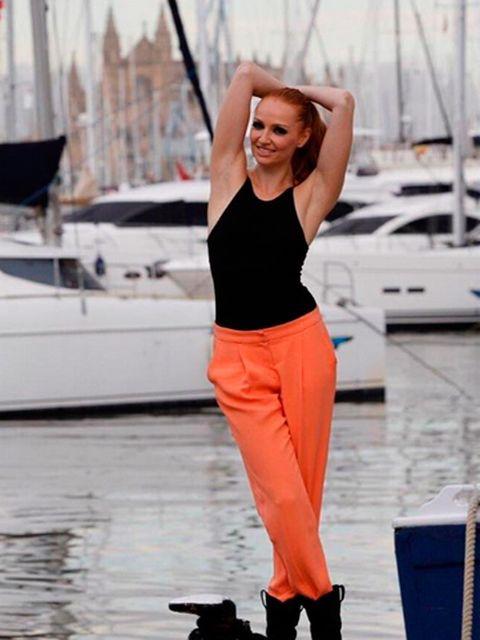 Elbow, Boat, Watercraft, Waist, Street fashion, Active pants, Naval architecture, Abdomen, Boot, sweatpant,