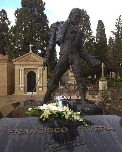 Sculpture, Petal, Bouquet, Memorial, Cemetery, Headstone, Flower Arranging, Cut flowers, Floristry, Statue,