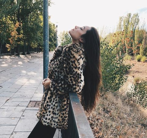 Hair, Fur, Clothing, Street fashion, Beauty, Outerwear, Fashion, Brown, Long hair, Pattern,