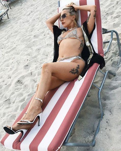 Leg, Clothing, Thigh, Beauty, Pink, Bikini, Model, Photo shoot, Blond, Human leg,