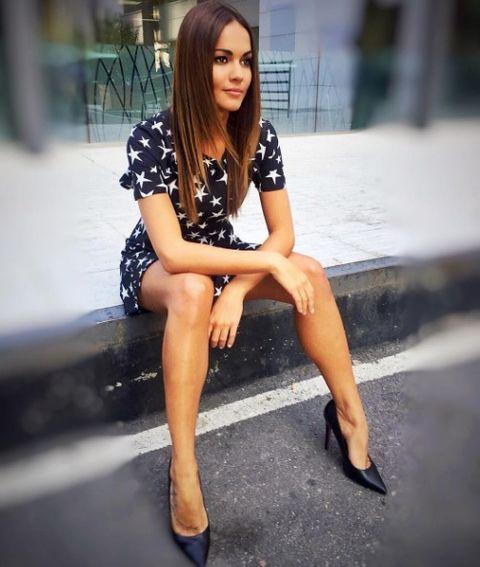 Leg, Clothing, Human leg, Sitting, Street fashion, Thigh, Fashion, Beauty, Snapshot, Footwear,