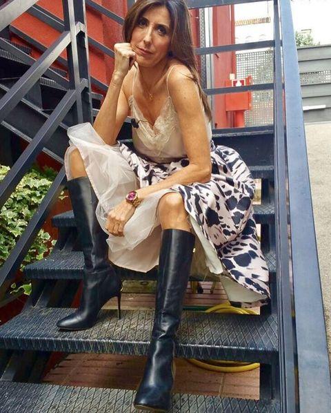 Leg, Shoe, Human leg, Sitting, Knee, Jewellery, Fashion accessory, Thigh, Street fashion, Bag,