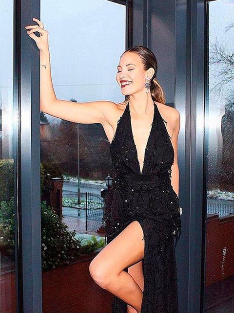 Hairstyle, Shoulder, Human leg, Dress, Joint, Thigh, Fixture, One-piece garment, Beauty, Little black dress,
