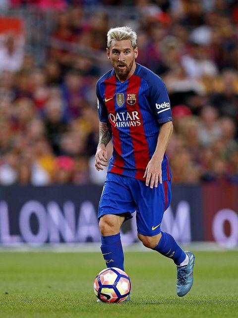 Ball, Football, Sports uniform, Soccer ball, Jersey, Sports equipment, Shoe, Human leg, Sportswear, Soccer player,