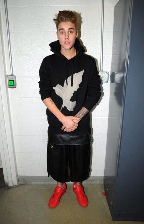Sleeve, Standing, Joint, Style, Fashion, Knee, Street fashion, Waist, Hoodie, Tights,