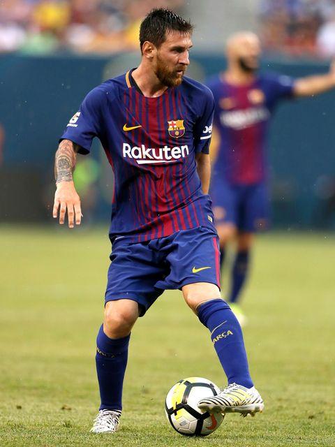 Ball, Football, Sports uniform, Soccer ball, Jersey, Sports equipment, Sportswear, Human leg, Shoe, Soccer player,