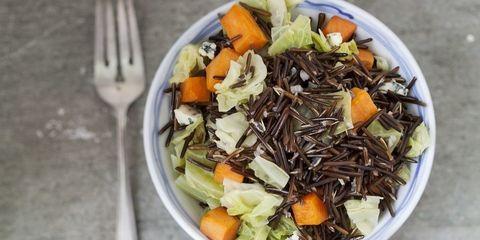 Receta:Ensalada de arroz salvaje con batatas caramelizadas, col y queso azul