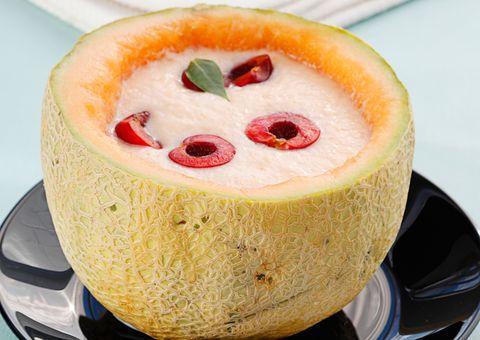 Sopa de melón con cerezas