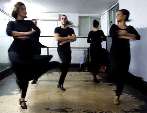 Leg, Shoulder, Standing, Joint, Entertainment, Performing arts, Dress, Waist, Choreography, Performance art,