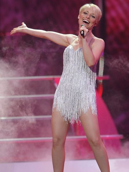 Microphone, Audio equipment, Leg, Lip, Human body, Entertainment, Human leg, Performing arts, Pink, Music artist,