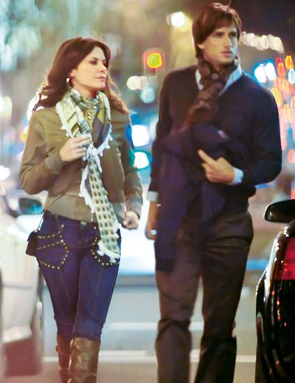 Street fashion, Fashion, Boot, Thigh, Scarf, Knee-high boot, Fashion design, Belt, Camouflage, Abdomen,