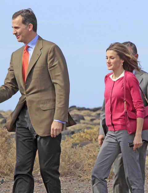 Sleeve, Trousers, Dress shirt, Collar, Coat, Suit trousers, Shirt, Standing, Outerwear, People in nature,