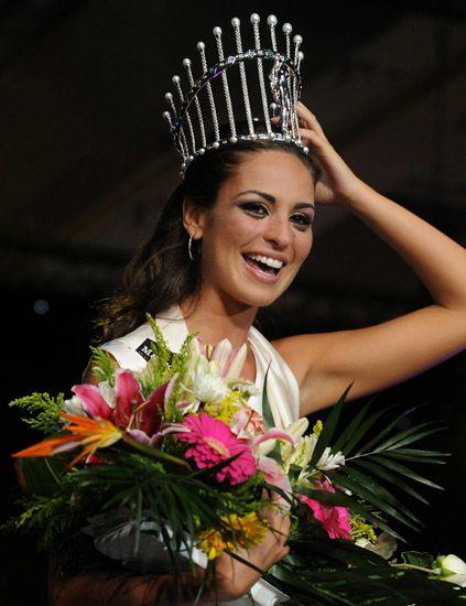 Bouquet, Flower, Hair accessory, Style, Petal, Headgear, Fashion accessory, Floristry, Cut flowers, Beauty,