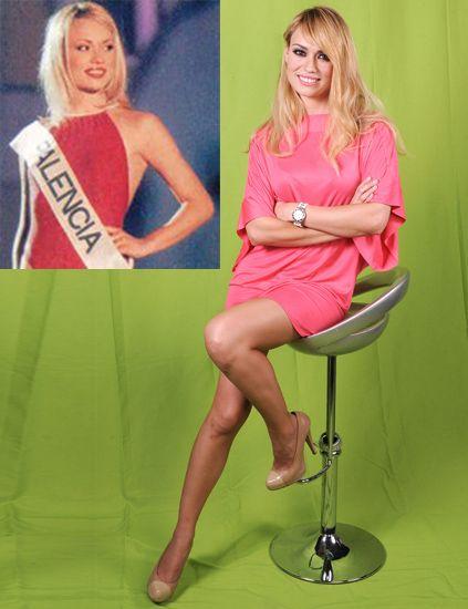 Human body, Human leg, Sitting, Beauty, Dress, Blond, Thigh, Knee, High heels, Long hair,