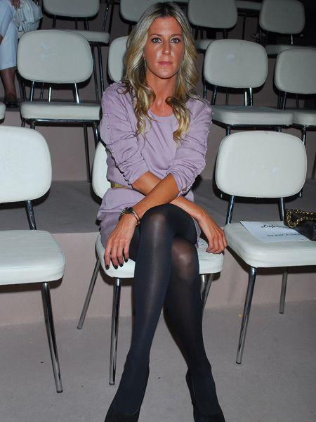 Leg, Human body, Shoulder, Sitting, Joint, Collar, Dress shirt, Knee, Thigh, Fashion,