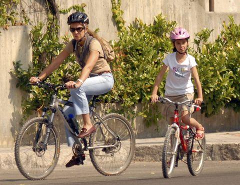 Tire, Bicycle wheel, Wheel, Bicycle tire, Bicycle wheel rim, Bicycle, Bicycle part, Bicycle frame, Land vehicle, Shoe,