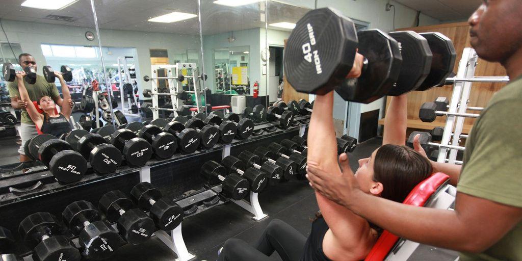 Descubren que hacer pesas disminuye el riesgo de sufrir depresión