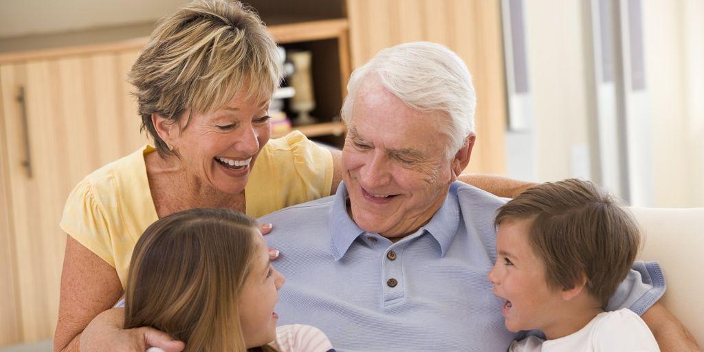 Los abuelos que cuidan a sus nietos viven cinco años más