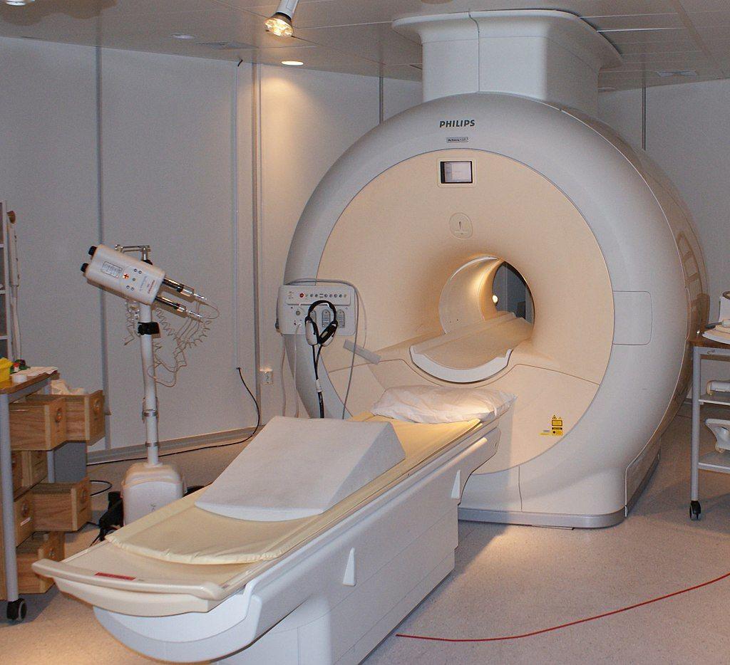 Un hombre muere al ser succionado por una máquina de resonancia magnética