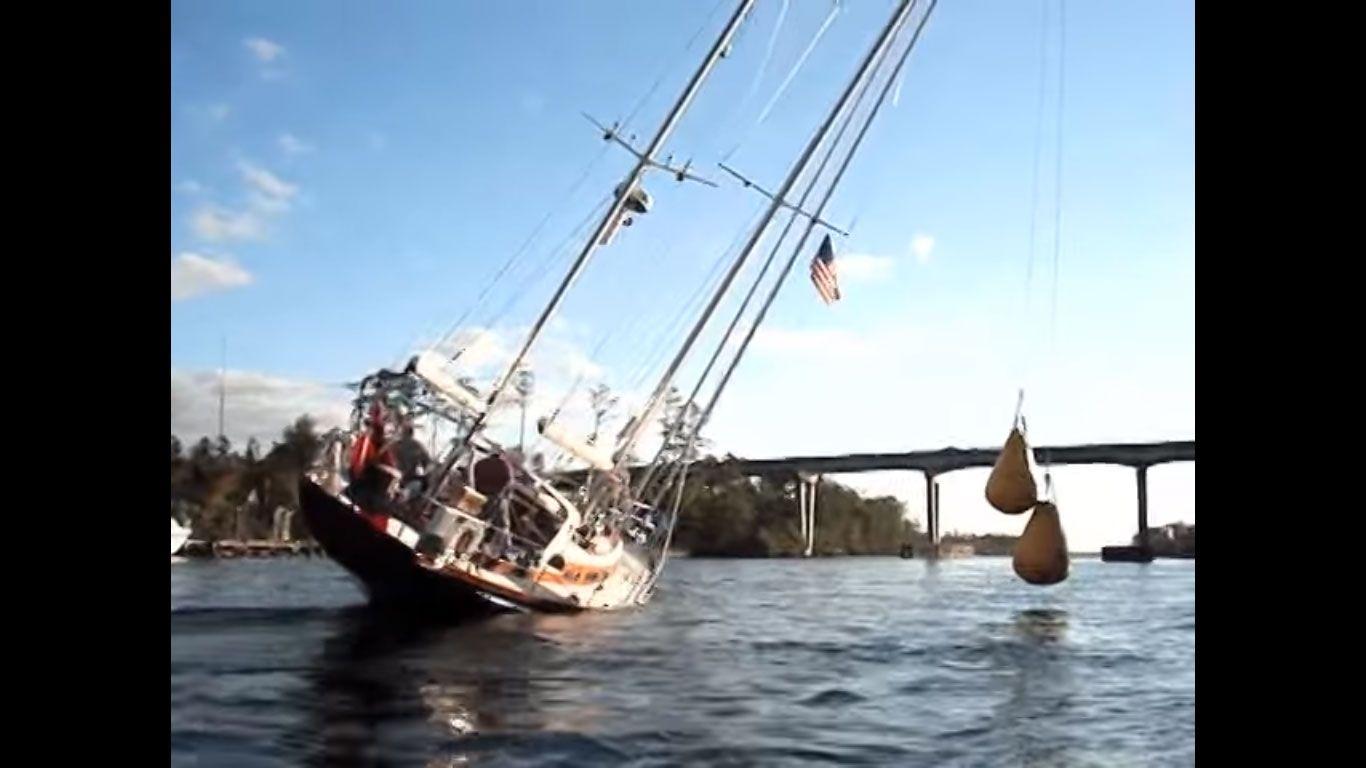 Cómo hacer para que un velero de 24 metros de altura pase por un puente de 19