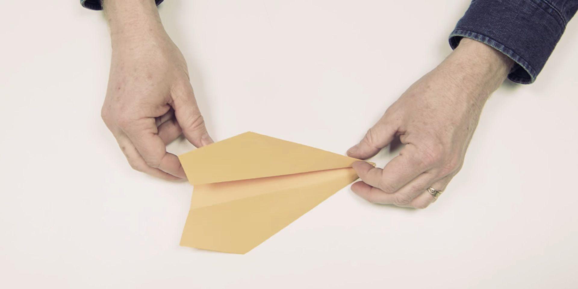 ¿Cómo hacer un avión de papel para tus hijos que vuele durante más de 60 metros?
