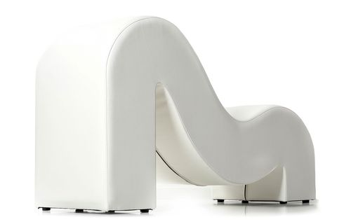 Las Curvas Ergonómicas De Este Sofá Facilitan La Penetración E Invitan Al Relax No Llamaría Atención En Un Salón Más Que Por Su Elegancia