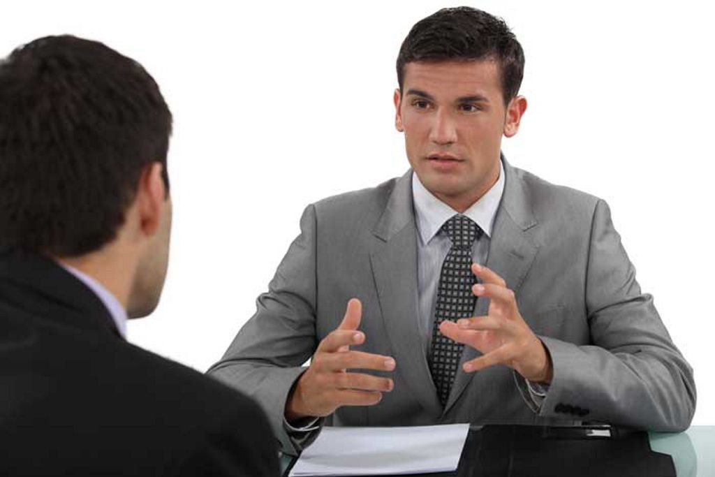 Si bromeas en una entrevista de trabajo, te pagarán más