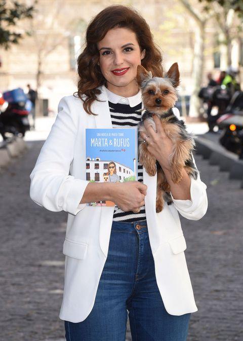 Dog breed, Human, Dog, Denim, Carnivore, Mammal, Interaction, Toy dog, Street fashion, Companion dog,