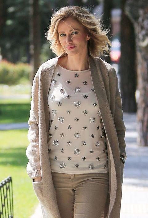 Sleeve, Shoulder, Textile, Joint, Style, Winter, Street fashion, Beauty, Fashion, Waist,