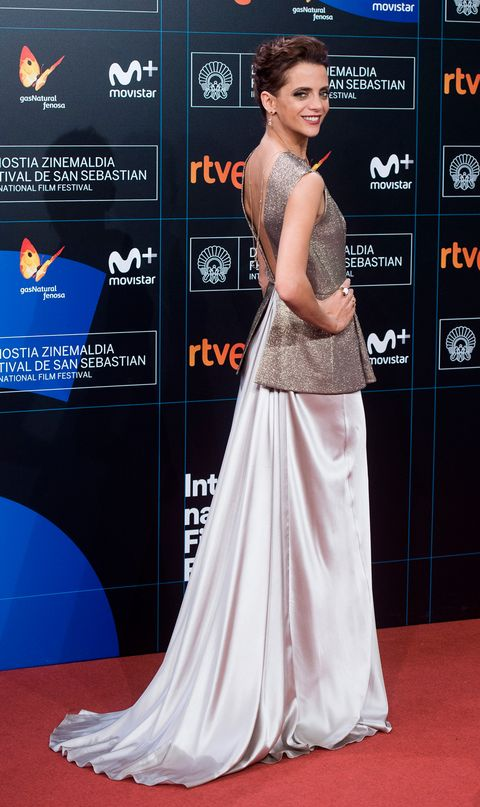Red carpet, Dress, Carpet, Clothing, Shoulder, Gown, Premiere, A-line, Flooring, Hairstyle,
